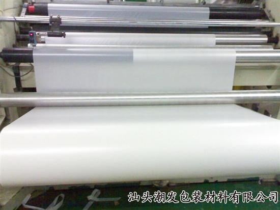 PET聚酯薄膜是以聚对苯二甲酸乙二醇酯为原料,采用挤出法制成厚片,再经双向拉伸制成的薄膜材料。它是一种无色透明、有光泽的薄膜,机械性能优良,刚性、硬度及韧性高,耐穿刺,耐摩擦,耐高温和低温,耐化学药品性、耐油性、气密性和保香性良好,是常用的阻透性复合薄膜基材之一。但聚酯薄膜的价格较高,一般厚度为0.